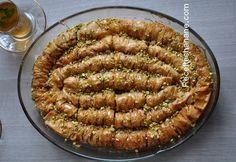 Voici la recette de la fameuse Baklawa rolls, une pâtisserie absolument délicieuse, qui necessite peu d'ingrédients... à tester sans attendre ;) il faut : un paquet de pâte filo environ 200g de beurre fondu un bol de pistaches concassées pour le sirop:...