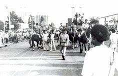 Há 27 anos, uma manifestação de professores do Paraná em greve terminou em tragédia. No dia 30 de agosto de 1988, policiais militares escalados para acompanhar o protesto jogaram cavalos, cães e bombas de efeito moral contra os manifestantes, que protestava por melhores salários e condições de trabalho na Praça Nossa Senhora de Salette, em Curitiba. O massacre deixou dez pessoas feridas.