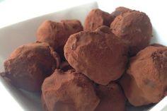 Zelf eenvoudig chocolade slagroomtruffels maken, met cacao en likeur (optioneel).