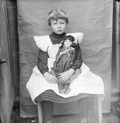 Child and Doll - ピナフォア - Wikipedia