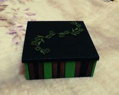 Caixa decorada em tons verdes e marrom em mdf