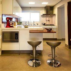 Neste nosso projeto, a cozinha foi pensada nos mínimos detalhes para atender as exigências de uma Chef, que acompanhou o projeto todo. Além da elaboração de um lay out caprichado, a iluminação foi pensada para compor diversos cenários. Imagem Michele Balbine #Enzosobocinski #enzosobocinskiarquitetura #arquitetura #architecture #design#interiors#interiorarchitecture #interiordesign…