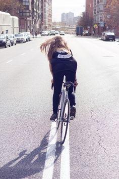 Girl on Fixie Track Cycling, Urban Cycling, Cycling Bikes, Cycling Equipment, Fixed Gear Girl, Girls Mac, Fixed Gear Bicycle, Female Cyclist, Road Bike Women