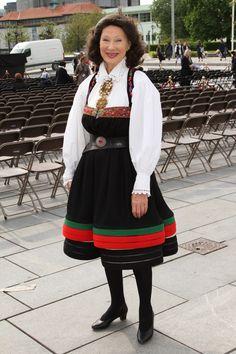 Åpning av de festspillene i Bergen. Åse Kleveland i setesdalsbunad. Folk Costume, Costumes, Going Out Of Business, Pretty Dresses, Norway, Ball Gowns, Southern, Skirts, Crafts