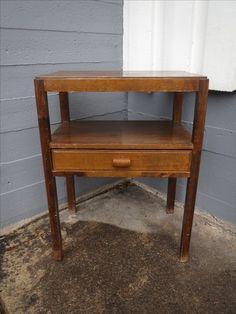 Vanha radiopöytä laatikolla. Ehjä ja tukeva, pinnoissa jonkin verran kulumaa.  Leveys 49 cm, syvyys 34 cm, korkeus 65 cm.  50 euroa.
