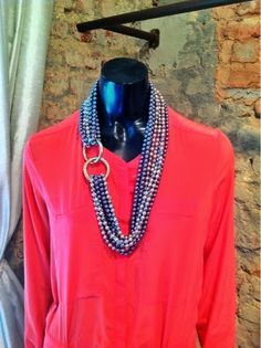 Alberto Sabino - Fashion Jewelry: Long pearl necklace on a coral dress.   R$590,  até 17/06/2014.