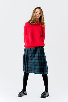 赤のニットにグリーンのチェックスカートを合わせてイギリスの女の子みたいなコーデが完成。赤は今年の流行カラーでもあるし、日本人にもよく合う色なんだとか。