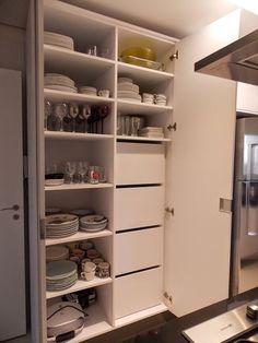 Louças organizadas, e Dispensa de alimentos fora da visão em gavetões. Realizando um Sonho | Blog de casamento e lar doce lar: