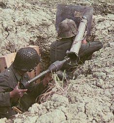 WEHRMACHT soldiers (army) panzerschreck, calibre 8, 8 cm. : Raketen-Panzer-Büchse 54.