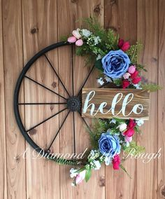 By recycling bicycle wheels you get some very nice decorative accessories. We show you everything you can do with recycled bicycle wheels. Wagon Wheel Decor, Painted Wood Signs, Hand Painted, Front Door Decor, Diy Flowers, Flower Diy, Spring Crafts, Diy Wreath, Porch Decorating