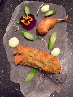 Fiore di zucca e quaglia in pastella croccante con asparagi e salsa di prezzemolo