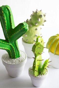 DIY Papier mache cacti *** Hermosos y coloridos cactus en papel mache!