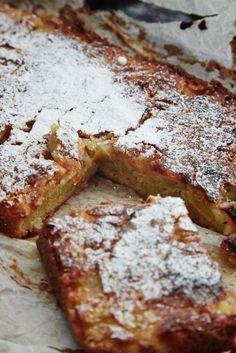 Easy apple and marzipan cake - Madet Mere- Nem æble og marcipan kage – Madet Mere Apple marzipan cake 2 - Danish Dessert, Danish Food, Sweets Cake, Cupcake Cakes, Sweet Recipes, Cake Recipes, Bread Cake, Dessert Drinks, Snacks