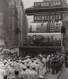 Fifth War Loan Drive, a giant cash register in busy Times Square in NYC recorded New York bond sales. Old Pictures, Old Photos, Vintage Photos, Antique Photos, Nyc, New York Vintage, Photos Rares, Dayton Ohio, World's Fair
