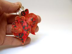 Floral Heart Earrings Red Green Dangle Ethnic by @SuspirobyAF #polymerclay #brass #vianaheart #ethnicheart #ethnicearring #heartearring #redearrings