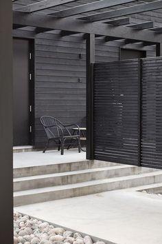 Pergola DIY Attached To House - Pergola Terrasse Palette - - - Pergola Terrasse Angle - Pergola Bois Originale Concrete Patios, Concrete Fence, Black Pergola, Black Fence, Black Garden Fence, Patio Pergola, Patio Roof, Pergola Kits, Backyard Privacy