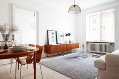 こちらのお部屋は、大きなラグを淡いグレー色にして落ち着いた感じに。明るいグレーなら柔らかい印象に、濃いめのグレーなら大人っぽく落ち着いた印象になります。