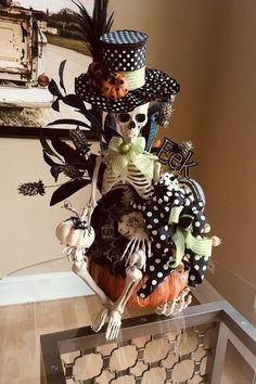 64 Charming Halloween Wreath Ideas To Inspire You 64 adorable Halloween wreath ideas that inspire you Chic Halloween, Halloween Projects, Diy Halloween Decorations, Halloween House, Halloween 2019, Holidays Halloween, Spooky Halloween, Vintage Halloween, Halloween Pumpkins