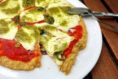 Low Carb Pizzaboden aus Tofu und Eiern mit saftigem Mozzarella und Pesto belegt | Low Carb Pizza