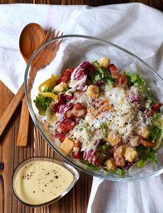 誰もが好きなシーザーサラダは、おもてなしにぴったり。ワインなどにも合う、おしゃれな一品になります。ドレッシングの作り方さえ覚えておけば、あとは季節のみずみずしい野菜を合わせるだけ。