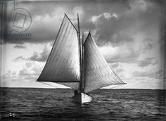 Ralph Monroe's sharpie, The Kingfish, sailing wing-on-wing, c.1890 (b/w photo), . / HistoryMiami, Florida, USA / Ralph Monroe Collection / Bridgeman Images