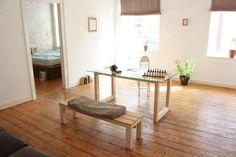Gerumiges Wohnzimmer Mit Parkett Und Modernem Glastisch Altbauwohnung In Dsseldorf