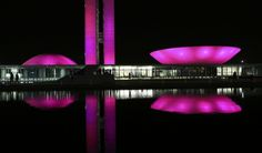 O homem atravessa o tempo e é por ele atravessado, vive seus conflitos e contradições. Niemeyer nos faz pensar no Brasil e perguntar o que temos para o mundo. A renovação do sonho humano, um paraíso na Terra, a genialidade mestiça, a igualdade nas diferenças, um novo convívio com a natureza, novas conjugações do verbo amar? Já demos à luz uma arquitetura universal, que expressa esses ideais. O mundo é outro depois das curvas de Niemeyer. Oscar Niemeyer, Northern Lights, Paradise On Earth, Equality, Other, Weather, Nature, Arquitetura, Brazil