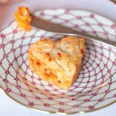 Fontina, Parmesan, and Roasted Red Pepper Scones - Tea Time Magazine Party Recipes, Appetizer Recipes, Appetizers, Scones And Clotted Cream, English Scones, Great Recipes, Favorite Recipes, Savory Scones, Scone Recipes