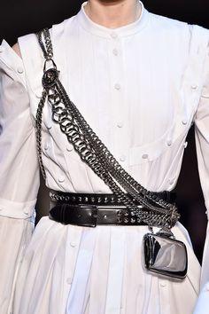 Alexander McQueen : Runway - Paris Fashion Week Womenswear Fall/Winter 2019/2020 Fashion Week Paris, Runway Fashion, High Fashion, Fashion Outfits, Womens Fashion, Fashion Trends, Steampunk Fashion, Gothic Fashion, Vogue