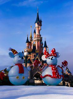 Christmas in Disneyland Paris :) Snowball Mickey & Minnie Disneyland Paris Weihnachten, Disneyland Paris Christmas, Disney Christmas, Parc Disneyland, Disney Parks, Disney Dream, Disney Love, Disney Magic, Places