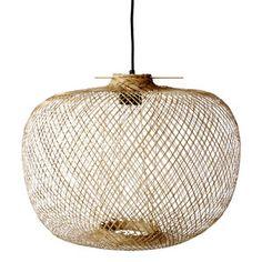 Suspension en bambou ronde Bloomingville 180€ dessine une jolie lumière douce et graphique sur le murs grâce aux ombres