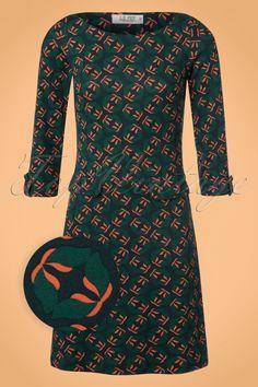 Dieses 60s Dalie Evening A-Line Dress in Greenist ein verspieltes Kleid im Style der 60er Jahren!Füge etwas Farbe an deiner Winterkleider-Kollektion hinzu! Dieses verspielte und lustige Kleid in A-Linie ist ideal für den Herbst und Winter denn es hat 3/4 Ärmel mit einem Knopfdetail und einer hochgeschlossenen, runden Halslinie. Dalie ist bildhübsch mit dem wundervollen, retro Grafikmuster in Blau und Orange und den verspielten, blinden Patten...