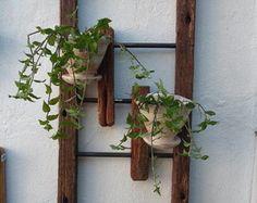 Moldura em madeira com dois vasos