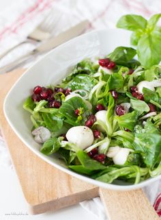Feldsalat mit Mozzarella, Granatapfel und Basilikum-Vinaigrette