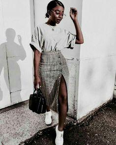 9ef1018596 Look feminino - look estiloso - look com bolsa - look com camiseta - look  com saia midi - look com tênis - bolsa preta - saia midi com fenda lateral  - tênis ...
