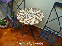 Mesa de mosaico e cadeiras de ferro by ALÉM DA RUA ATELIER/Veronica Kraemer, via Flickr
