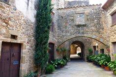 Monells, un pueblo de cuento. Lugares con encanto. Pueblos con encanto. www.caucharmant.com