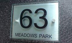 Cette plaque de numéro de maison, résistante à l'eau et aux UV est personnalisable grâce aux chiffres et aux lettres inclus