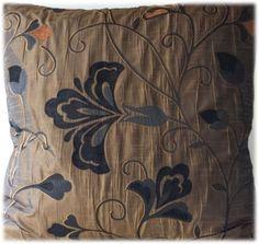 Kwaliteitskussenhoes brons met zwart en bruin bloem en blad 60 x 60 cm voor de laagste prijs. Ook met rits en aparte binnenkussen verkrijgbaar! - � 7,25