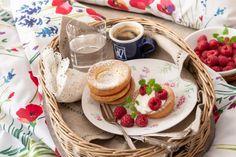 Lívance z trouby jsou ideální snídaně do postele. Díky formě na muffiny jich z trouby vyndáte během deseti minut hned 12 kousků. A teď už si stačí jen vybrat nové povlečení. Camembert Cheese, Breakfast, Tableware, Food, Morning Coffee, Dinnerware, Tablewares, Eten, Place Settings