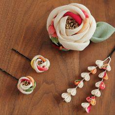 生成り×古典文様 大椿のクリップピン ヘアピンミニ椿と下がり4点セット お祝いの席に Cloth Flowers, Felt Flowers, Fabric Flowers, Diy Bow, Diy Ribbon, Japan Crafts, Fabric Flower Brooch, Kanzashi Flowers, Diy Hair Accessories