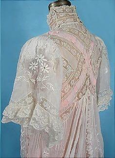 c. 1900 Blanc Pelouse Formé Dressing Gown avec col haut, manches complètes, brodé de dentelle et de rubans roses! De la collection Doris Langley Moore célèbre, fondateur de renommée mondiale Musée du costume à Bath, Royaume-Uni, et historien de la mode. Sideway