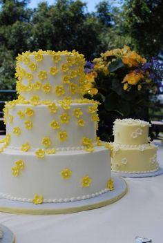 Torta nuziale gialla con piccoli fiori