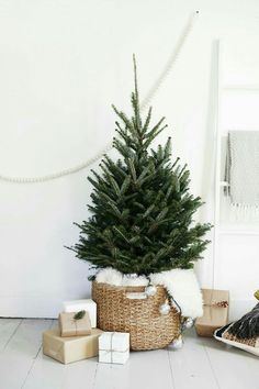 Loving this simple and rustic inspired tree