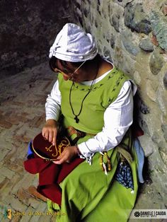 Foto & editing: Daniele Cauda. #reenactment #middleage #medieval #caroledisanmartino #XIVcentury #castle #street #woman #work #job #tailor #dressmaker #needlework #handmade #glasses