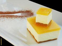 "Tarta de queso al limón y a la naranja, sin huevos, sin horno. Ingredientes 80 g de mantequilla 200 g de galletas tipo ""digestive""  250 g de agua 1 sobre de gelatina de limón 400 g de queso tipo ""Philadelphia"" 200 g de nata 40 g de azúcar  200 g de mermelada de naranja 2 cucharadas de zumo de limón 15 g de gelatina neutra 50 g de agua"