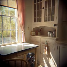 the lovely Eudora Welty's kitchen (photo by Susana Raab, Kitchen And Bath, Kitchen Dining, Home Kitchens, Retro Kitchens, Country Kitchens, Small Kitchens, Vintage Kitchen, Old Houses, Warm And Cozy