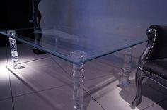 MODERNÍ SKLENĚNÝ STOLEK TB-01 | SZKLO-LUX Jaroslaw Fronczak  | Processing and wholesale of glass - Deska je vyrobena z bezpečnostního skla VSG 8.8.2 Diamant (optiwhite), síla 16 mm, fazetované hrany, ve skle je umístěná rytina znázorňující řeckou bohyni. Nohy jsou vyrobeny z křišťálového skla.