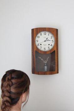関市にあるユーカリという雑貨屋さんで購入。 柱時計をリメイクしてクオーツ時計にして、振り子の部分に小物を置けるようにしたおしゃれな時計です。新居のライトを買いに行ったとき奥さんと一目ぼれして衝動買いしました。店長さんもすごくいい人で気持ちよく買い物ができました。ちなみに写真の女性は奥さんです。 #BUYat2ndSTREET http://campaign.2ndstreet.jp/gallery/