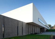 University building combines a white box with a concrete base